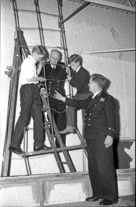 The Royal Navy officers instruct the boys in June 1965 | © Watford Observer 1965
