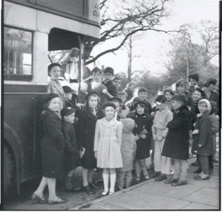 Father Christmas disembarks the bus | © Watford Observer 1961