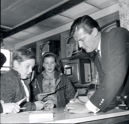Roger Moore signing autographs for the children, on 16th October 1965 | © Watford Observer 1965